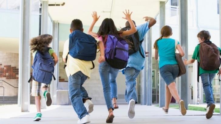 elevi pe coridorul scolii