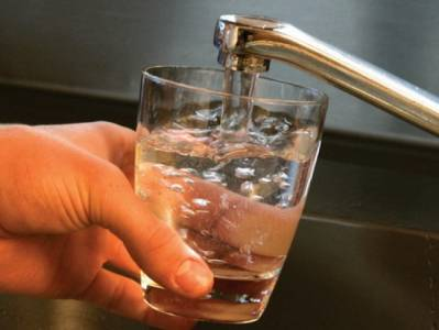 pahar cu apa de la robinet