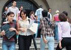 studenti pe scarile facultatii